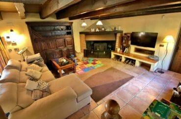 achat maison costa brava, villa 280 m², agréable salon avec cheminée et belles poutres apparentes