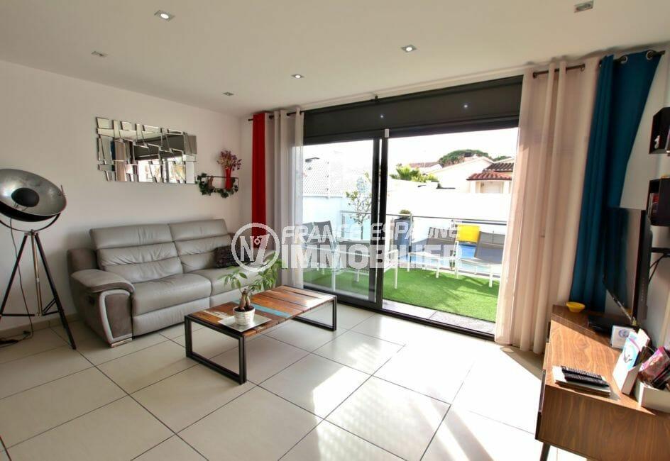achat maison empuriabrava, piscine, pièce à vivre avec accès à la terrasse et la piscine