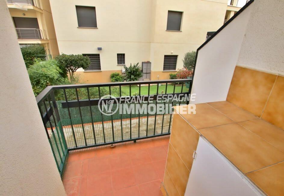 immo roses: appartement 5 pièces 62 m², cuisine donnant sur petite terrasse