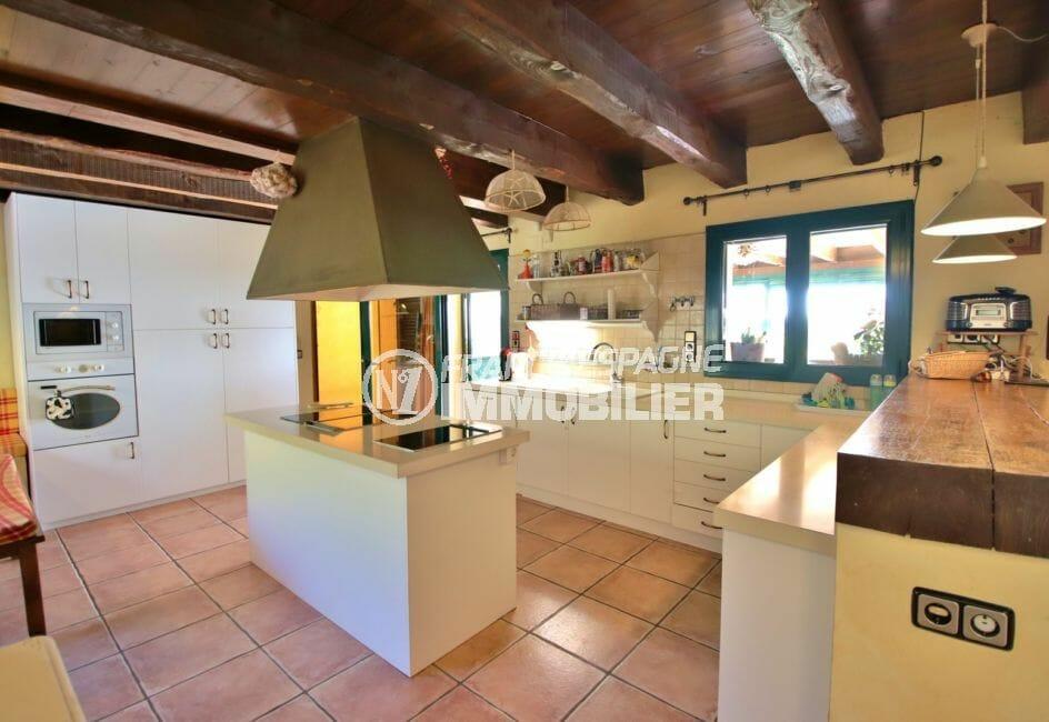 vente maison costa brava, villa 280 m², grande cuisine américaine aménagée et équipée