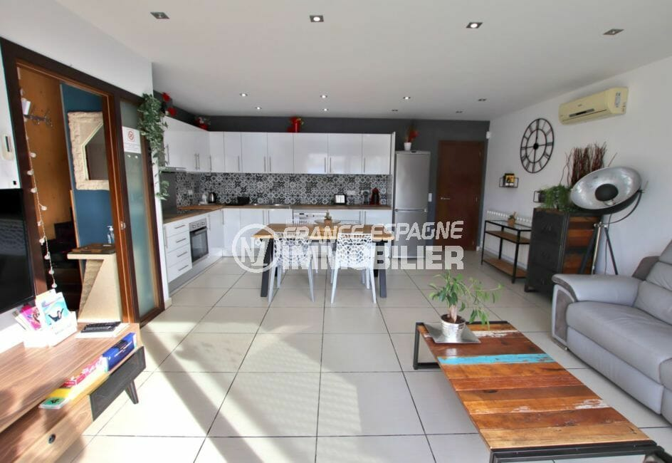 acheter maison empuriabrava, proche plage, aperçu de la porte d'entrée près de la cuisine