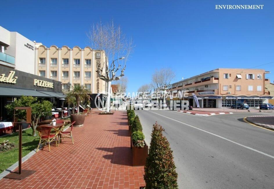 terrasse de restaurants, centre-ville aux alentours