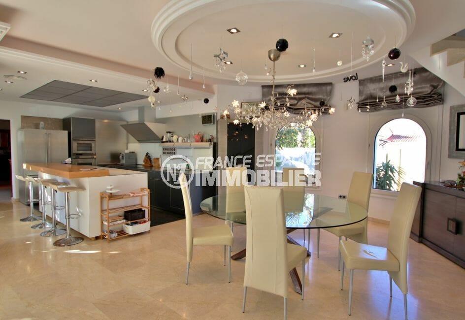 vente empuriabrava: villa 282 m², cuisine américaine équipée ouverte sur le salon