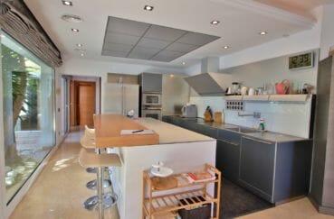 agence empuriabrava: villa 282 m², cuisine américaine fonctionnelle avec îlot accès terrasse