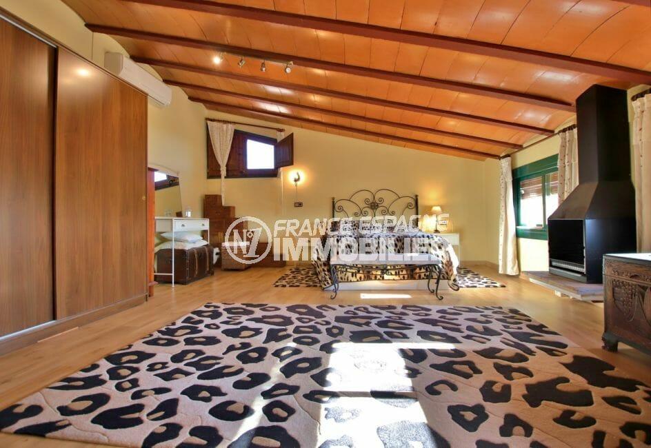 vente immobiliere costa brava: villa 280 m², suite parentale spacieuse avec placards