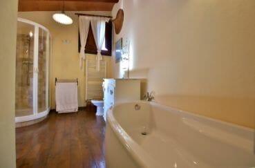 achat maison espagne costa brava, villa 280 m², salle de bains avec baignoire, douche et wc