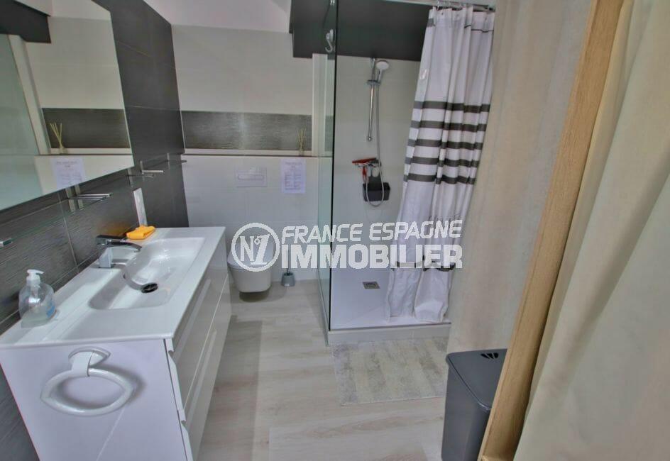 la costa brava: villa 171 m², salle d'eau avec douche, meuble vasque et wc