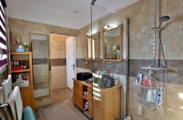 la costa brava: villa 192 m², salle d'eau avec douche, meuble double vasque et rangements