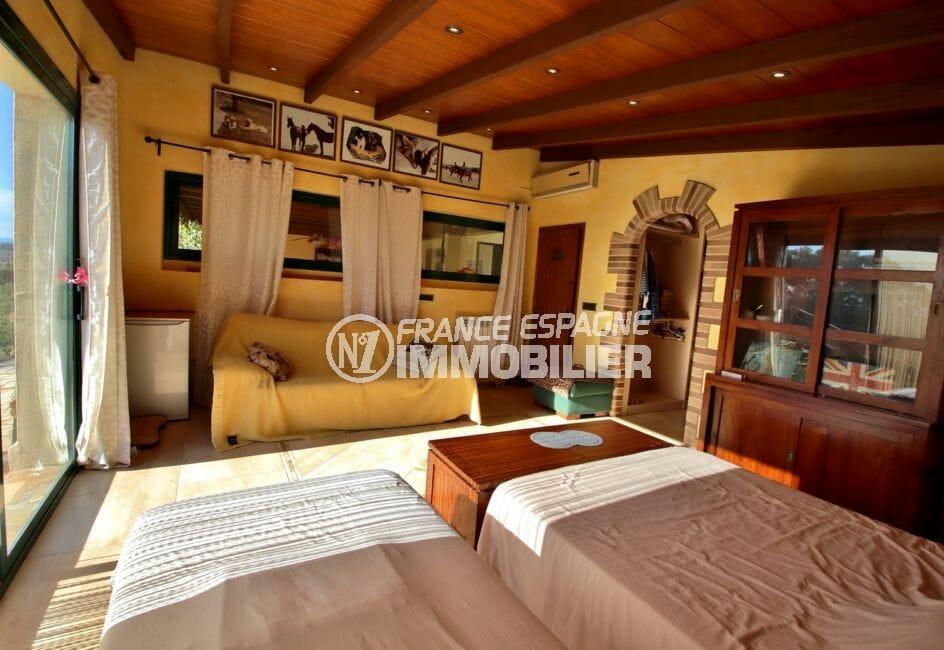 vente immobilier espagne costa brava: villa 280 m², grande chambre à coucher avec coin canapé accès terrasse