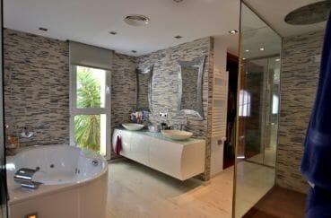vente villa empuriabrava, garage, salle de bains avec baignoire à remous, douche et double vasque