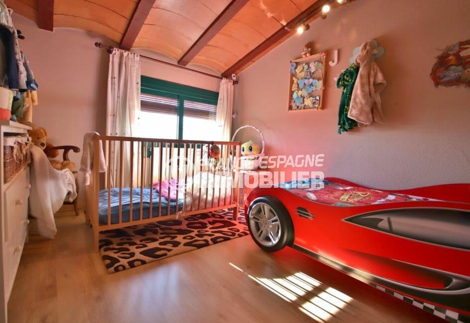 maison a vendre espagne catalogne, villa 280 m², chambre d'enfants avec lit simple et lit bébé