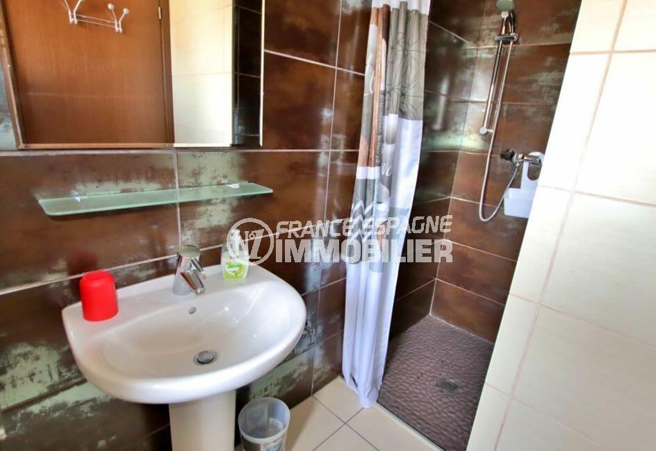 acheter maison costa brava, 171 m², deuxième salle d'eau avec douche et lavabo