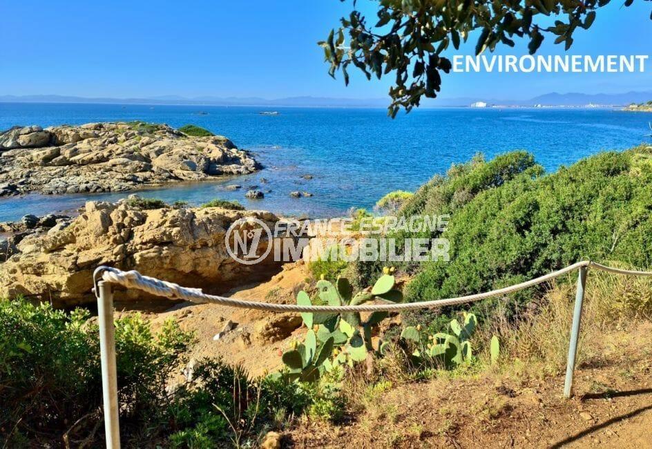 chemin de randonnée le long de la plage de rosas, vue magnifique