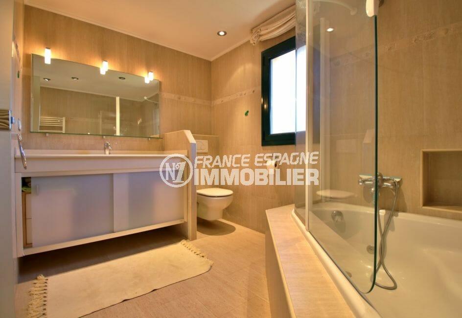 costa brava house: villa 280 m², salle de bains avec baignoire, double vasque et wc