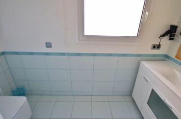 achat maison costa brava, empuriabrava, salle d'eau avec douche et meuble vasque