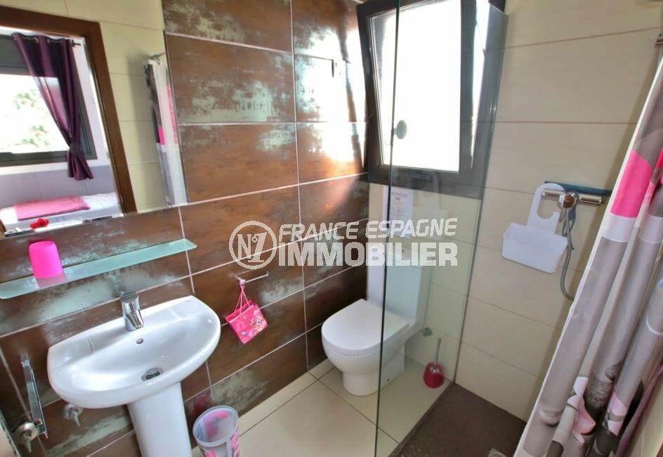 vente immobilier costa brava: villa 171 m², quatrième salle d'eau avec douche, lavabo et wc