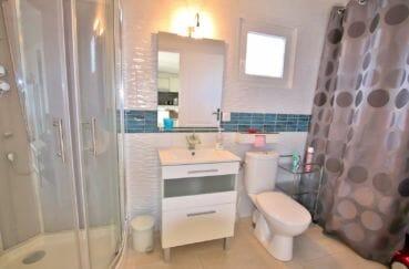 acheter maison costa brava, roses, appartement indépendant salle d'eau avec douche, vasque et wc