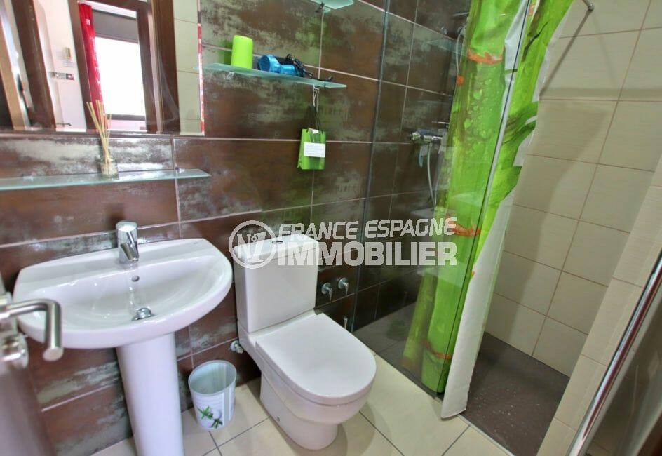 maison a vendre espagne bord de mer, parking, cinquième salle d'eau avec douche, lavabo et wc