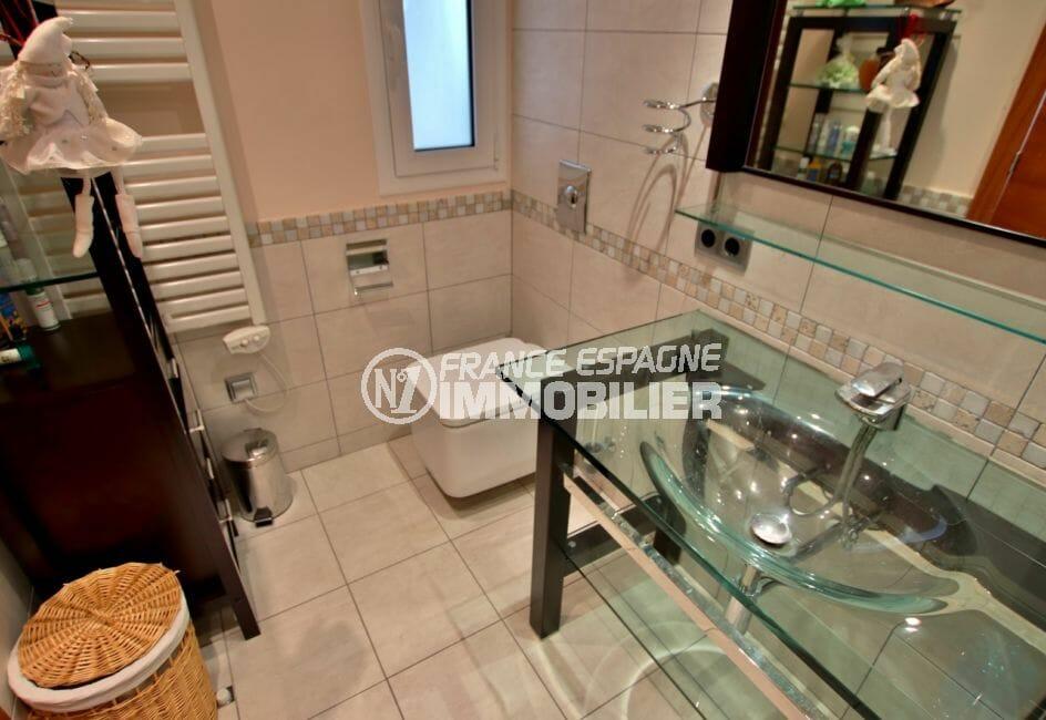vente maison costa brava, empuriabrava, salle d'eau avec douche, vasque, wc et fenêtre