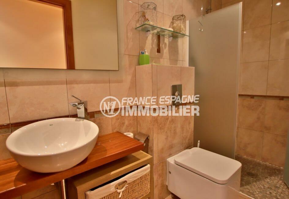 vente immobilier costa brava: villa 282 m², salle d'eau avec douche, vasque et wc