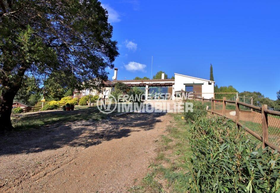 maison à vendre en espagne costa brava, villa 280 m², propriété équipée pour chevaux, terrain 5678 m²