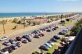 grand parking près de la plage environnante