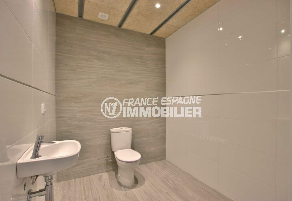 agence immobiliere costa brava espagne: commerce 60 m², toilettes prioritaires handicapés avec lavabo