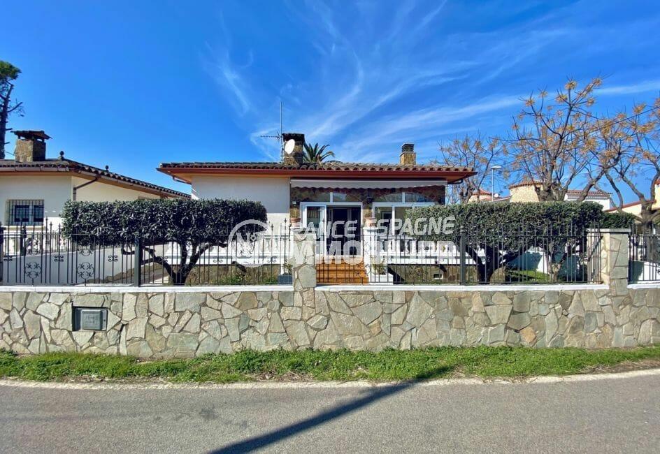 vente empuriabrava: villa 136 m² sur terrain de 372 m ², débarras, parking cour intérieure