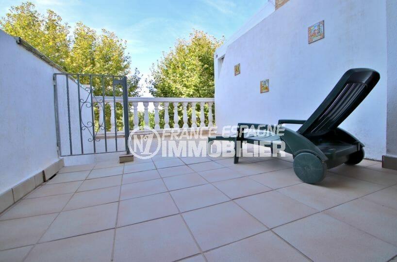 maison empuriabrava, 72 m², terrasse sécurisée par un mur et barrières