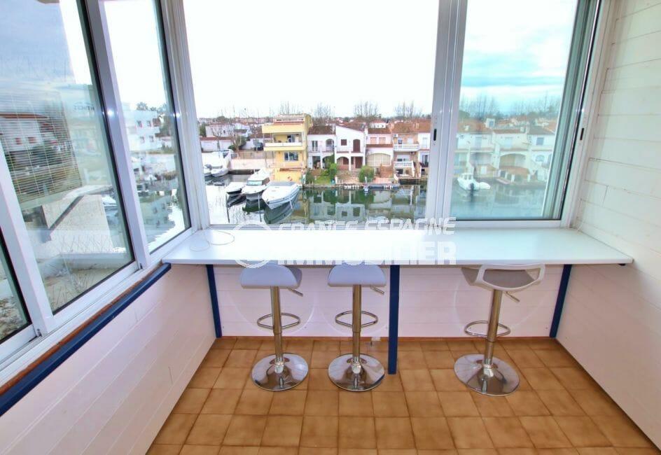 vente appartement empuriabrava, vue canal, coin repas, exposition sud-ouest