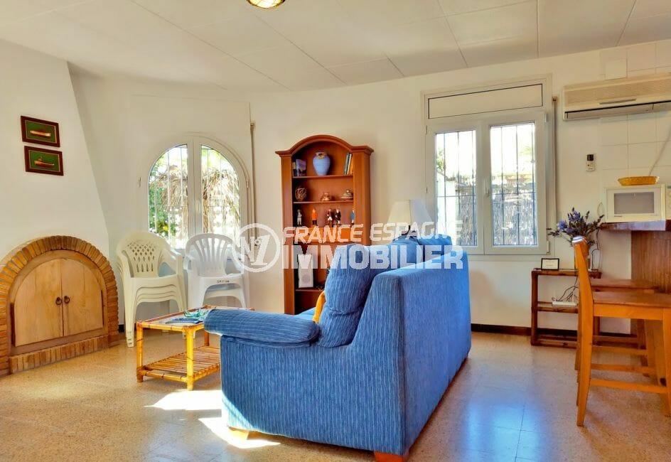 agence immo empuriabrava: villa 79 m², salon / séjour avec cuisine ouverte
