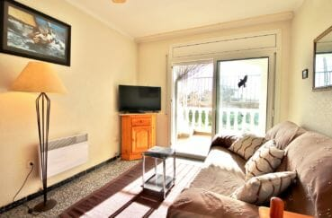 agence immobiliere costa brava: villa 72 m², beau salon lumineux avec terrasse