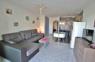 agence immobiliere costa brava, 46 m² vue canal, séjour avec cuisine ouverte équipée