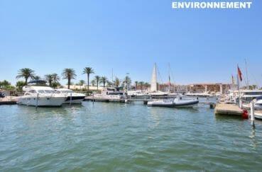parking proche du port de plaisance d'empuriabrava et ses bateaux