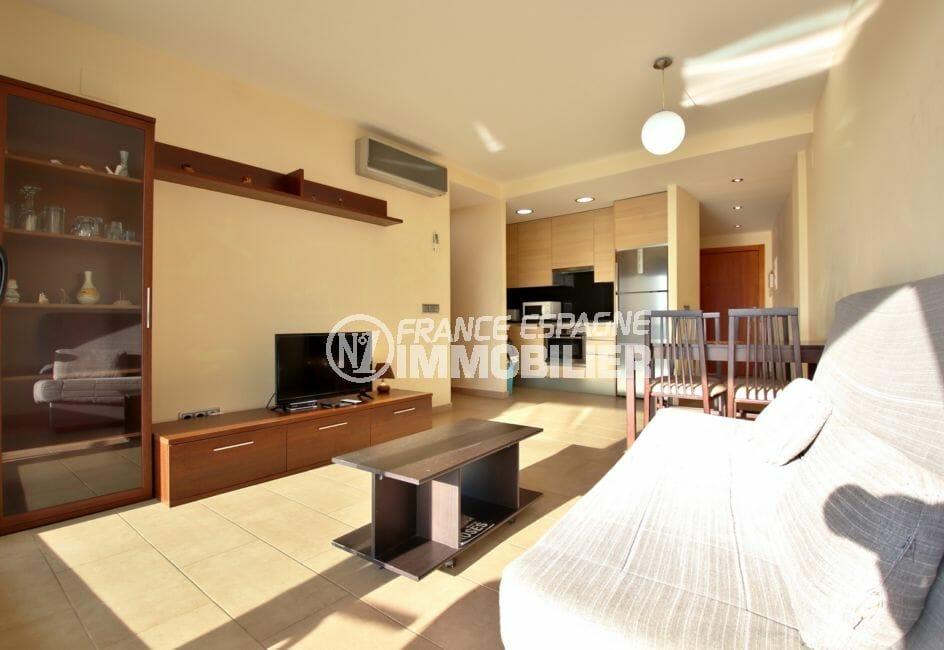 acheter appartement rosas, beau salon / séjour avec climatisseur, exposition sud-ouest