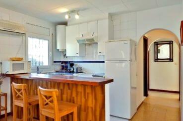 maison a vendre empuriabrava, terrain 234 m², cuisine avec plaques électriques et hottes