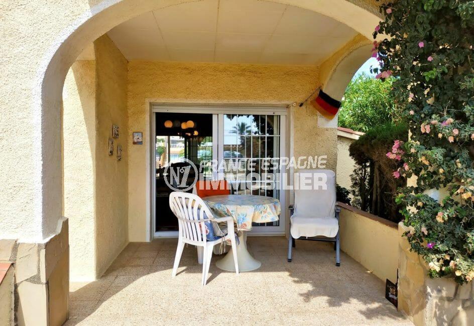 vente empuriabrava: villa 200 m², jolie terrasse donnant sur la salle à manger