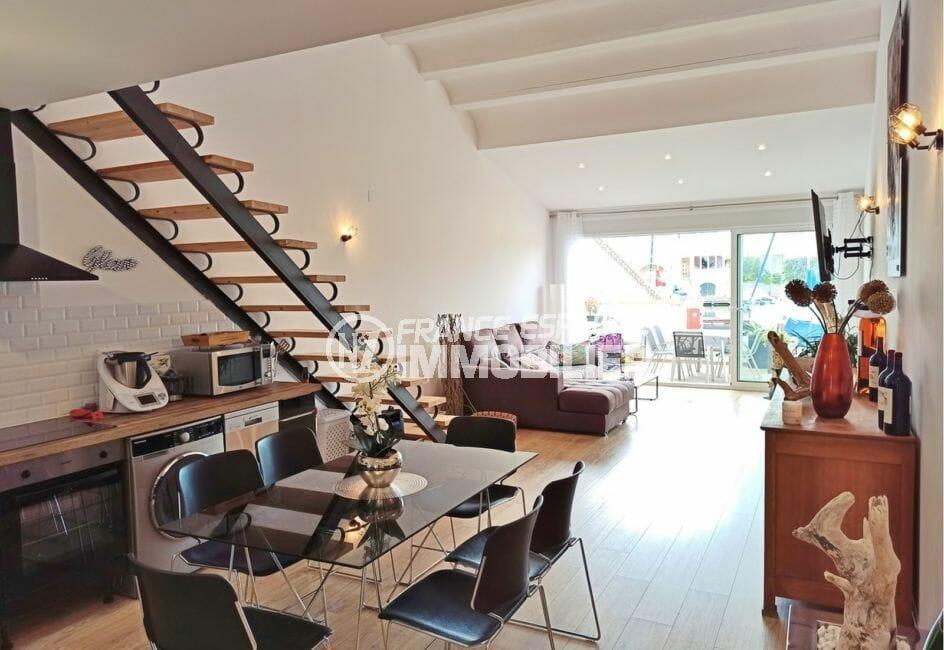 la costa brava: villa 96 m², rez de cahussée, escalier menant au premier étage