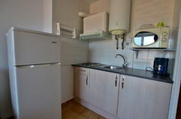 vente empuriabrava: appartement 28 m², cuisine américaire équipée, plaques et hotte