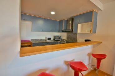 agence immobiliere costa brava: appartement 100 m², cuisine américaine, bar ouvert