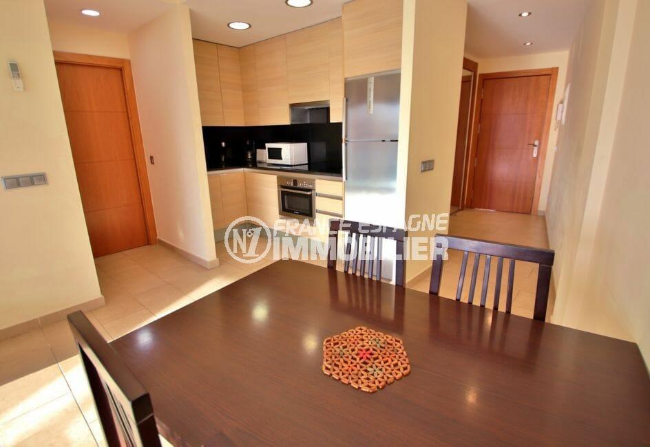 roses espagne: appartement 663 m², belle cuisine équipée ouverte sur le séjour
