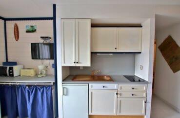 agence empuriabrava: appartement vue canal, coin cuisine aménagée, nombreux rangements