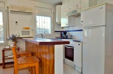 maison empuriabrava, proche plage, cuisine ouverte aménagée avec espace bar