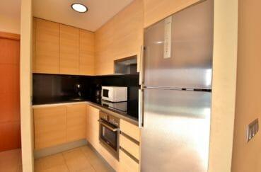 roses espagne: appartement 63 m², belle cuisine moderne aménagée et équipée