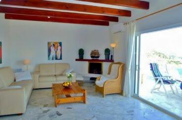achat roses espagne: villa 140 m², belles poutres apparentes dans la pièce à vivre