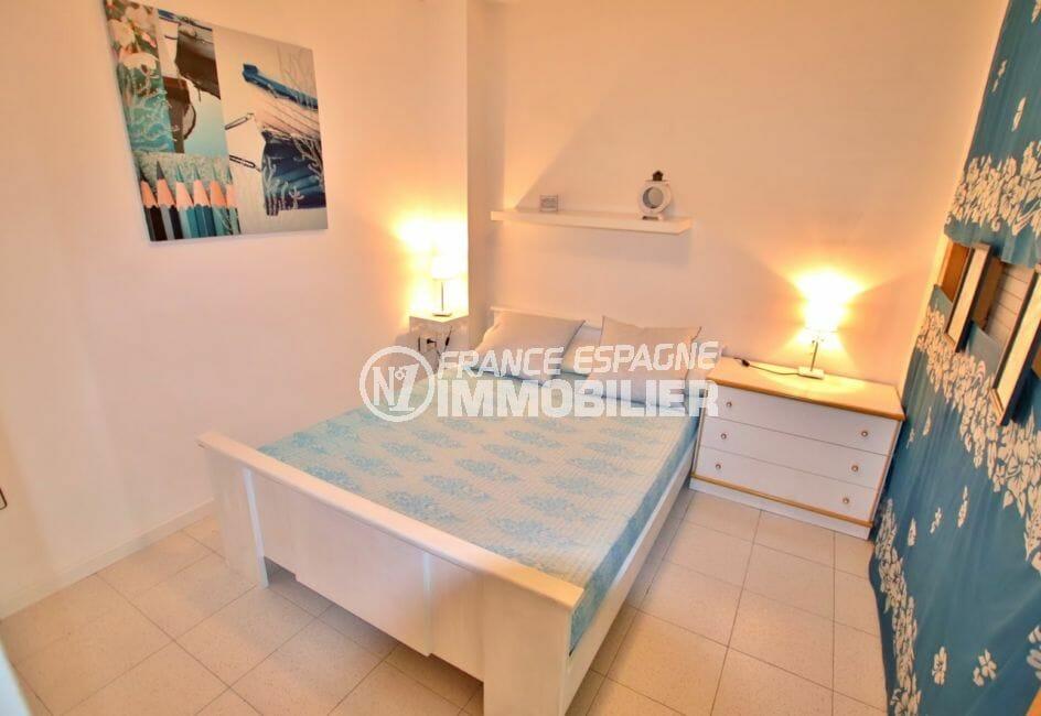 marina empuriabrava: appartement vue canal, coin chambre à coucher, lit double
