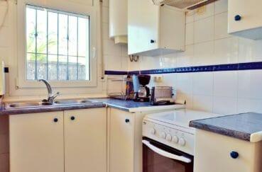 empuriabrava immobilier: villa 79 m², cuisine aménagée avec hotte et rangements