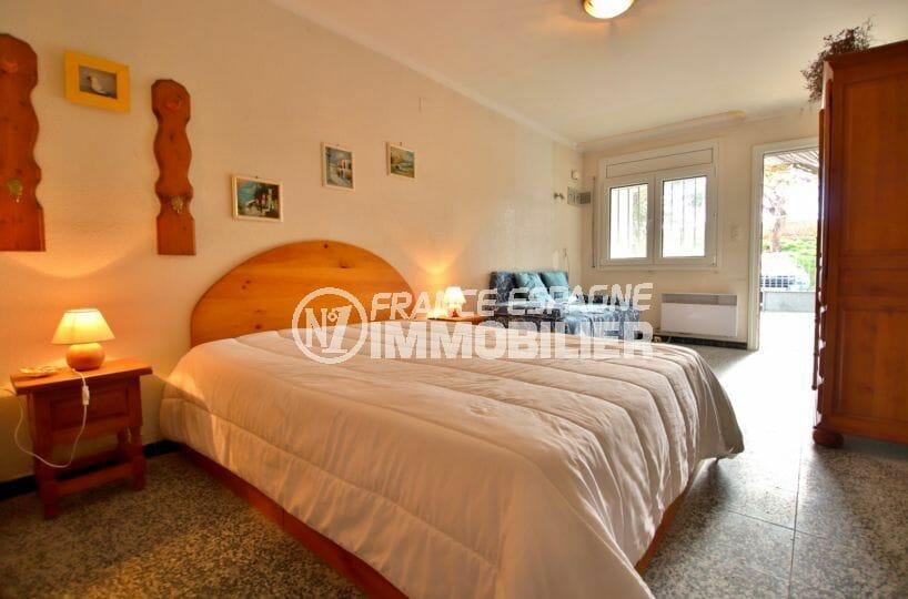 vente empuriabrava: villa 72 m², lumineuse chambre à coucher avec terrasse