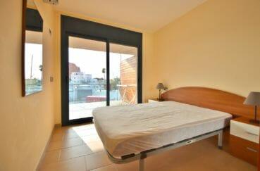 vente appartements rosas espagne, belle chambre à coucher lumineuse, terrasse vue marina