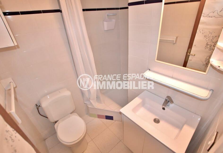 appartement empuria brava, 25 m² vue canal, salle d'eau avec douche et wc